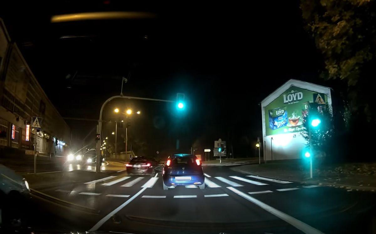 Kierowca BMW jadący w prawo z lewego pasa